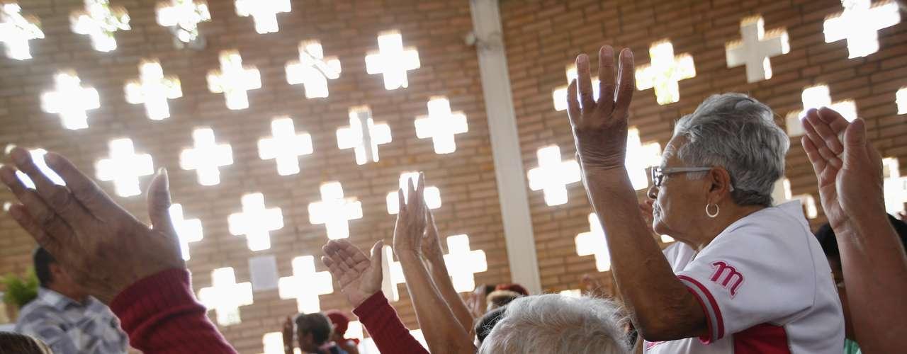 5 de março -Venezuelanos oram pela saúde de seu presidente