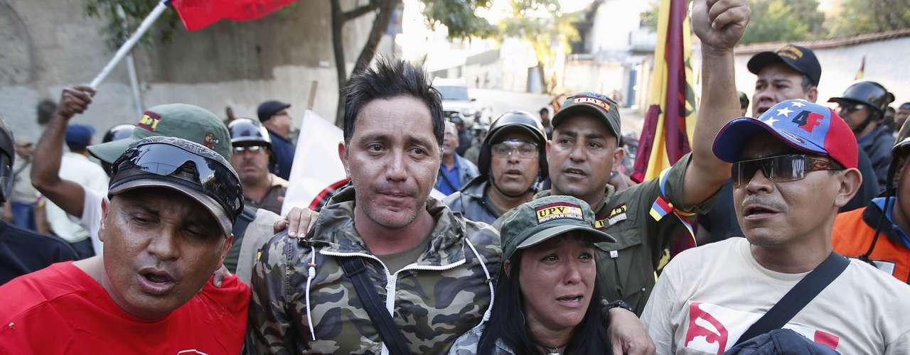 5 de março -Venezuelanos choram após ouvir pronunciamento do vice-presidente do país
