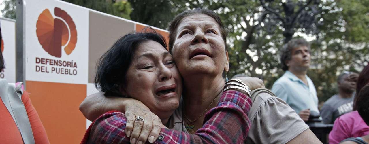 5 de março -Do lado de fora do Hospital Militar de Caracas, apoiadores de Chávez choram após anúncio da sua morte em cadeia de TV pelo vice-presidente Nicolas Maduro