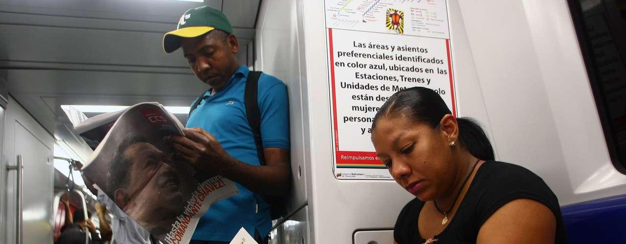 6 de março - Passageiros do metrô em Caracas leem os principais jornais locais no dia seguinte à morte de Chàvez