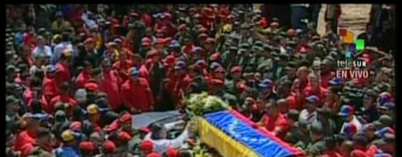 6 de março -Imagem da Telesur mostra uma multidão acompanha o caixão de Chávez