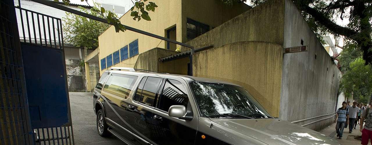 O músico Alexandre Magno Abrão, mais conhecido como Chorão, vocalista da banda Charlie Brown Jr., foi encontrado morto, em sua casa, no bairro de Pinheiros, na zona oeste de São Paulo, na madrugada desta quarta-feira (6).Na imagem, limousine funerária levacaixão com corpo do cantor em direção à cidade deSantos, onde ocorre o velório