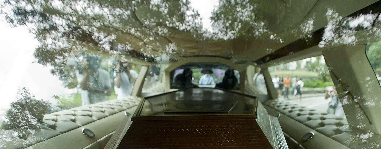 O músico Alexandre Magno Abrão, mais conhecido como Chorão, vocalista da banda Charlie Brown Jr., foi encontrado morto, em sua casa, no bairro de Pinheiros, na zona oeste de São Paulo, na madrugada desta quarta-feira (6).Na imagem, caixão com corpo do cantor deixa IML em direção a Santos, onde ocorre o velório