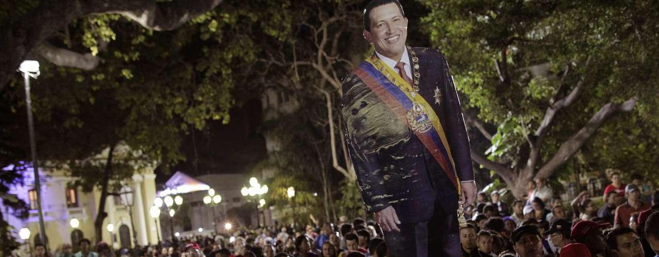 5 de março -Centenas de pessoas se reúnem na Praça Bolívar após a morte de Chávez