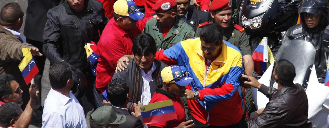 6 de março - O presidente boliviano, Evo Morales, e o vice de Chávez, Nicolas Maduro, acompanham o cortejo com milhares de apoiadores do presidente venezuelano