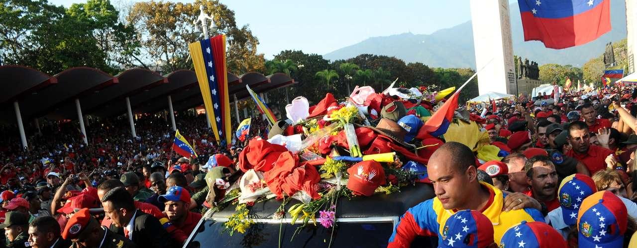 6 de março -Milhares de pessoas acompanham o cortejo em sua chegada à Academia Militar, onde o corpo de Chávez será velado até sexta-feira