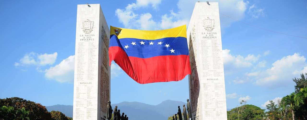 6 de março - Milhares de pessoas acompanham o cortejo em sua chegada à Academia Militar, onde o corpo de Chávez será velado até sexta-feira