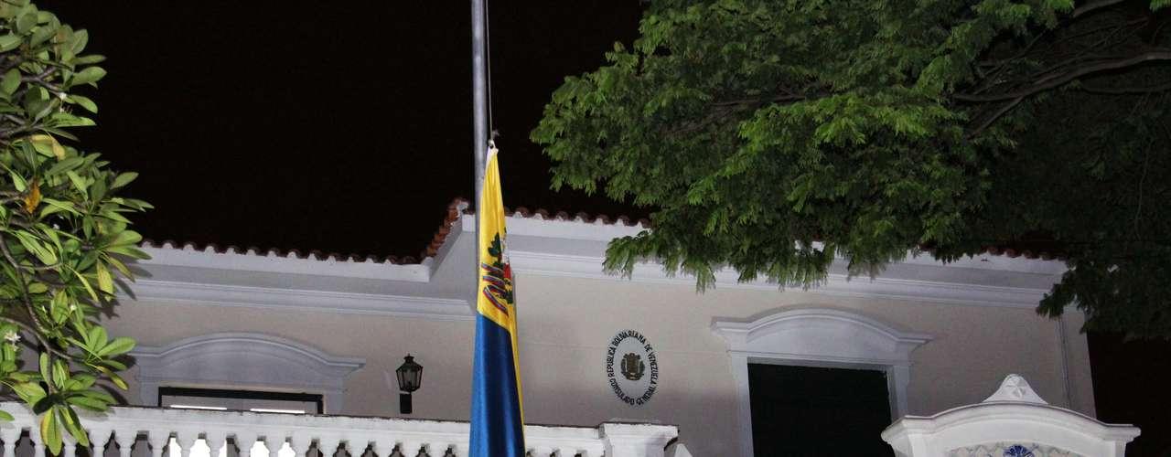 6 de março - Em razão da morte de Hugo Chávez, a bandeira venezuelana é vista hasteada a meio mastro no consulado do país em São Paulo