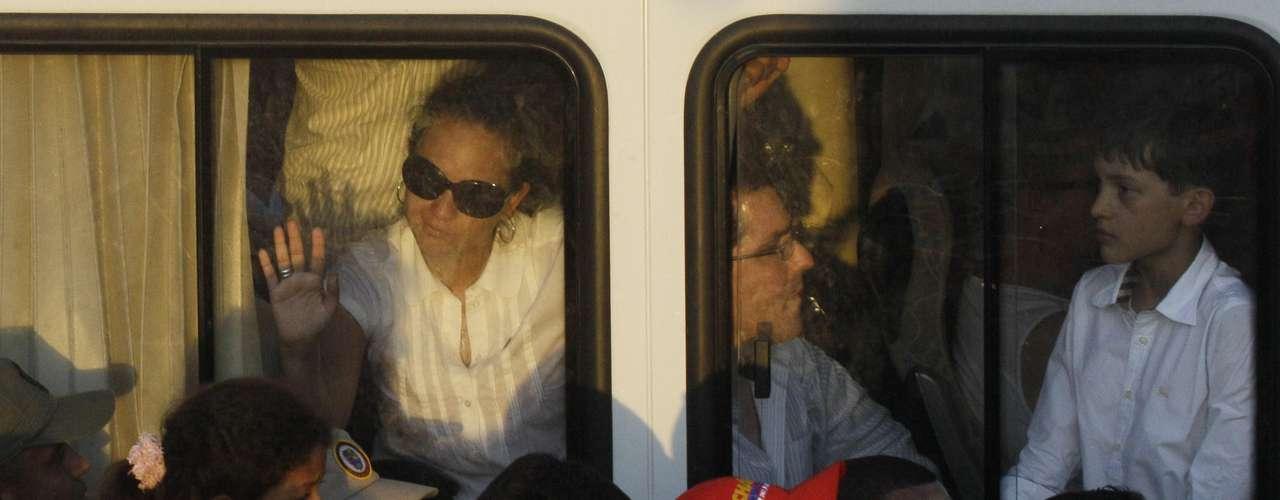 6 de março -A filha de Hugo Chávez Rosa Virginia abana para apoiadores ao chegar de ônibus à Academia Militar, onde o corpo do líder venezuelano será velado até sexta-feira