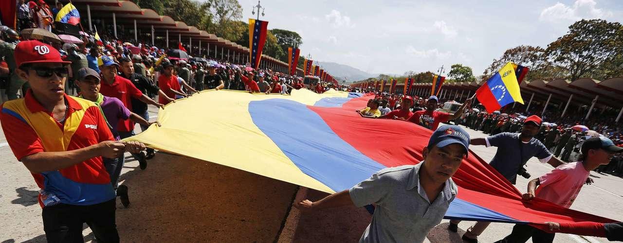 6 de março -Apoiadores estendem uma bandeira venezuelana do lado de fora da Academia Militar, onde o corpo de Chávez está sendo velado