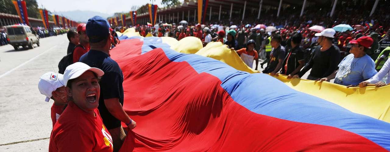 6 de março - Apoiadores estendem uma bandeira venezuelana do lado de fora da Academia Militar, onde o corpo de Chávez está sendo velado