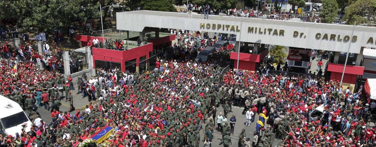 6 de março -O cortejo fúnebre do presidente venezuelano Hugo Chávez saiu nesta quarta-feira do hospital militar de Caracas para se dirigir até a Academia Militar, na presença de familiares, dirigentes e milhares de seguidores que choravam a morte de seu chefe de Estado