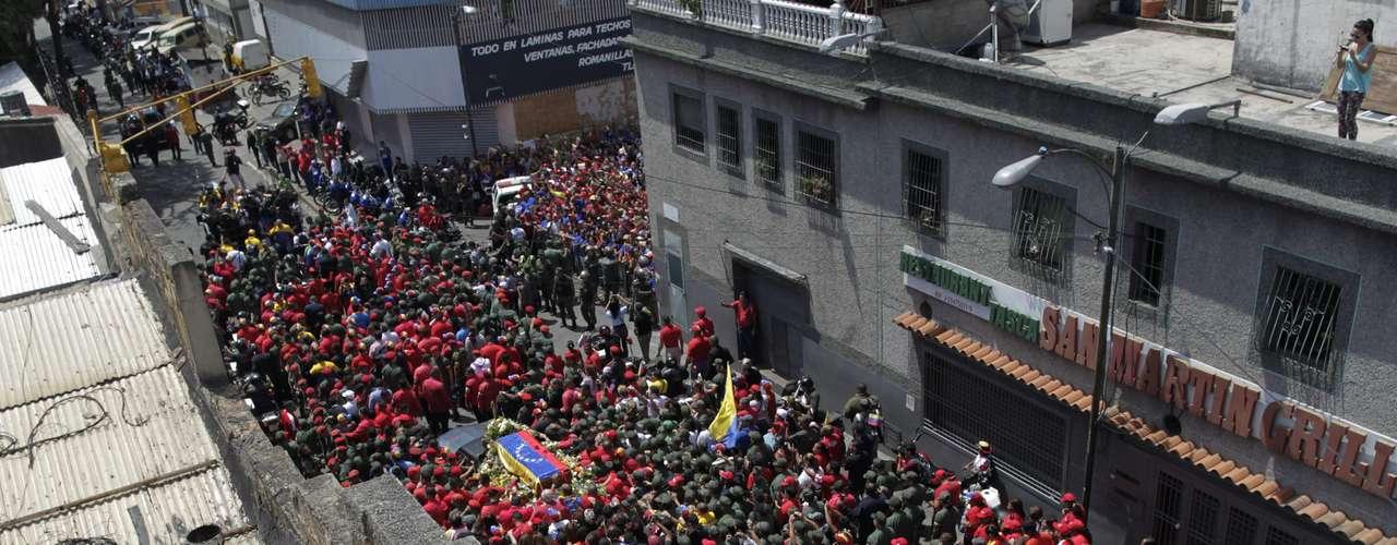 6 de março -O caixão, coberto pela bandeira venezuelana, apareceu na entrada do hospital militar de Caracas, ao som do hino nacional venezuelano