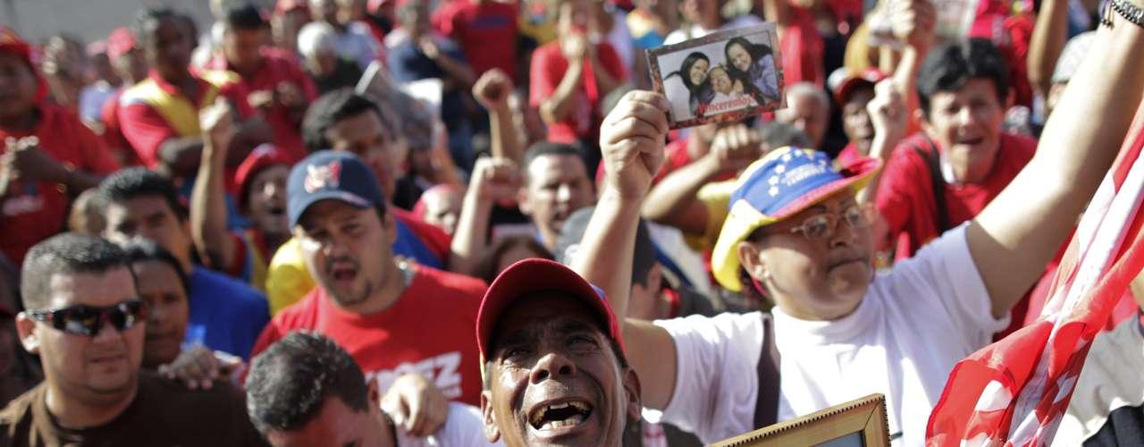 6 de março -O vice-presidente Nicolás Maduro, que assume a presidência de maneira interina, até as eleições dentro de 30 dias, decretou sete dias de luto nacional e a suspensão das aulas nesta semana para que todos os venezuelanos possam se despedir do líder