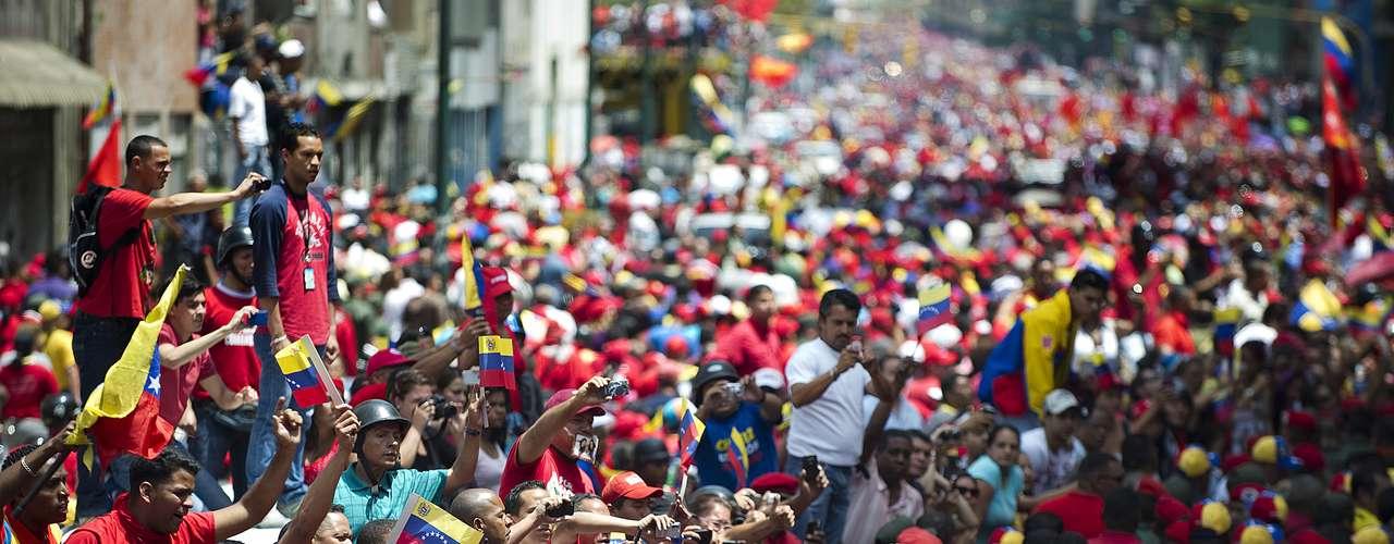 6 de março -Centenas de pessoas tomam as ruas da capital venezuelana para prestar sua última homenagem a Hugo Chávez no caminho até a Academia Militar