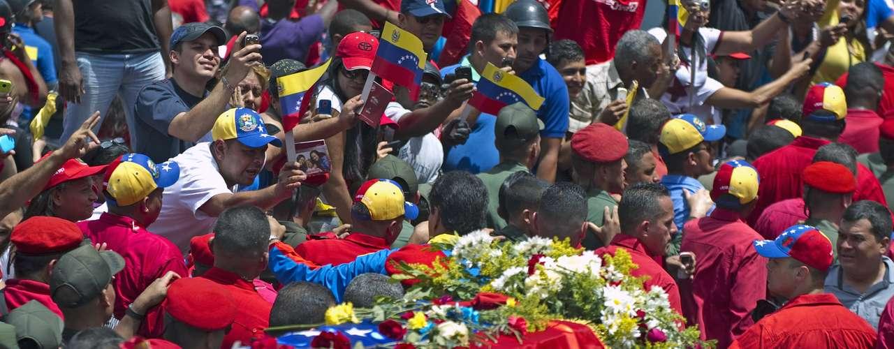 6 de março -Bandeira venezuelana cobre o caixão do mandatário