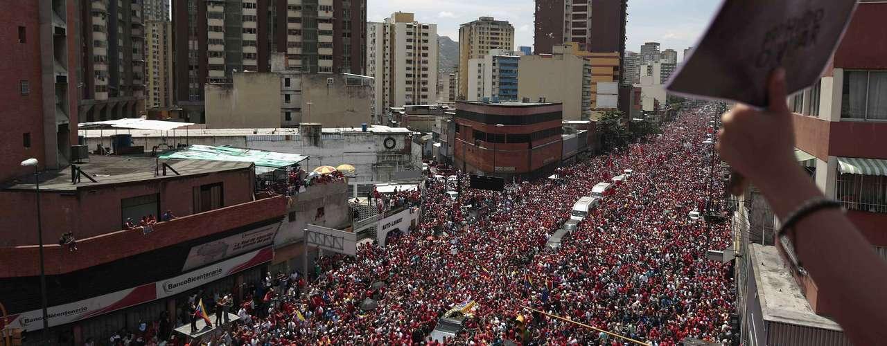 6 de março - Multidão acompanha cortejo de Chávez pelas ruas de Caracas
