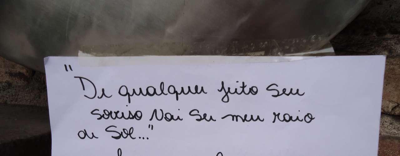 Em Santos, fãs prestaram homenagens a Chorão com cartazes e frases de elogios, nesta quarta-feira (6)