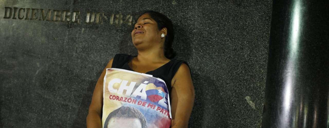 6 de março - Venezuelanos amanheceram em luto devido à morte do popular líder socialista, que em seus 14 anos de governo ficou conhecido como um \