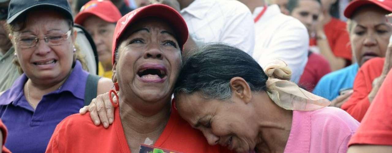 6 de março - Apoiadoras de Chávez choram ao se despedir de Chávez em frente ao Hospital Militar, onde ele estava internado