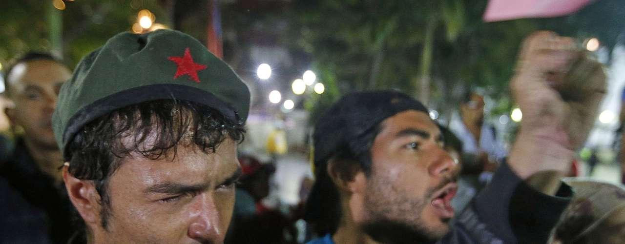 5 de março -Apoiadores do presidente venezuelano choram após vice-presidente do país anunciar a morte do líder