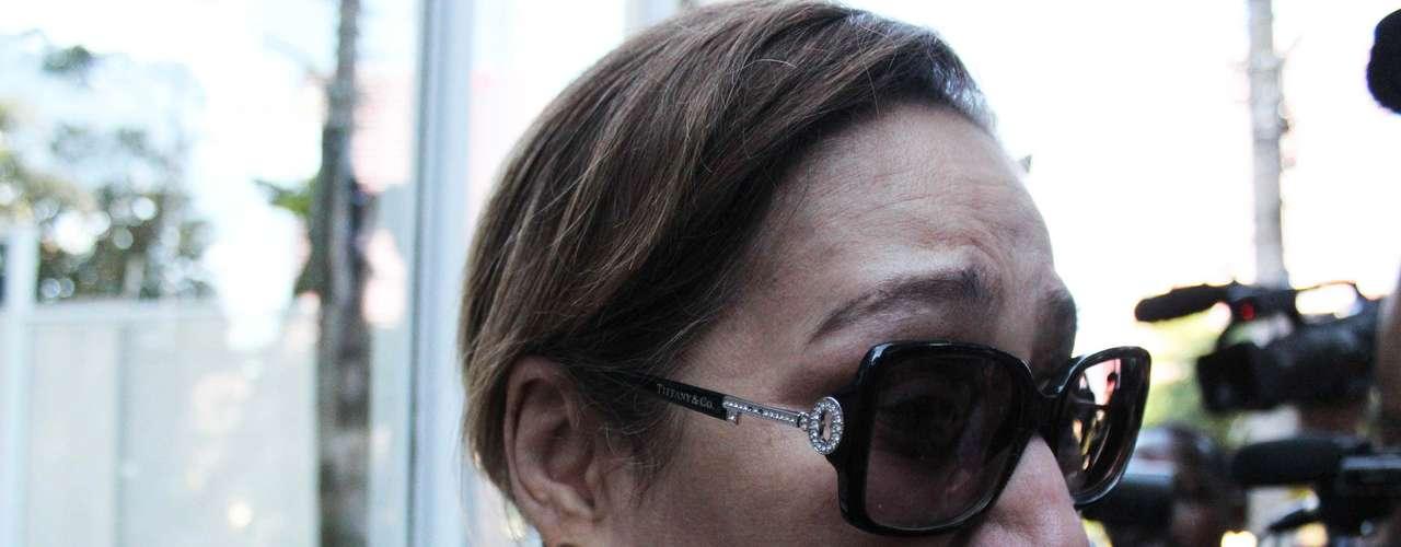 Prima de Chorão, Sonia Abrão chorou muito em frente ao prédio do músico