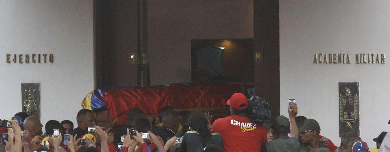 6 de março - Caixão com o corpo de Chávez é retirado do carro na Academia Militar, após um cortejo de seis horas que reuniu milhares de pessoas pelas ruas de Caracas