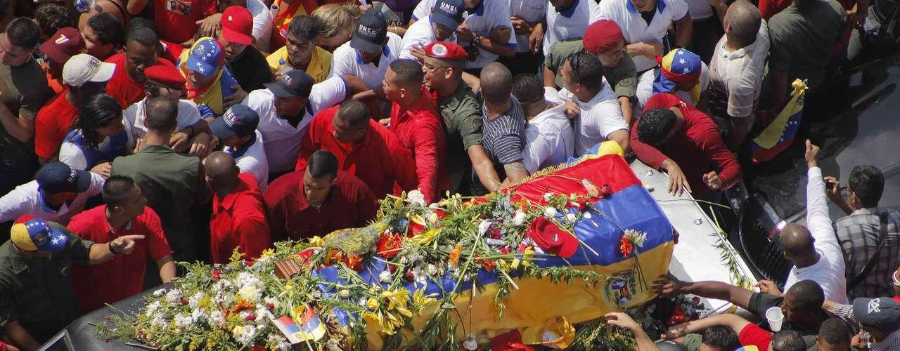 6 de março - Carro que leva o caixão segue pelas ruas de Caracas no trajeto entre o hospital e a Academia Militar, onde ocorrerá o velório
