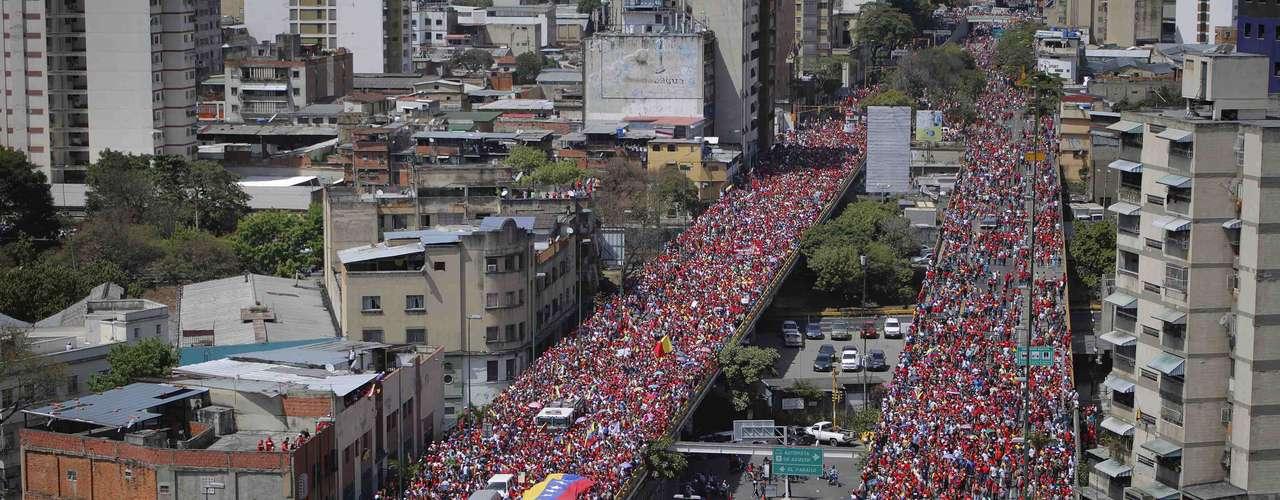 6 de março -Milhares de apoiadores seguem cortejo de Chávez até a Academia Militar, onde o corpo do presidente será velado até sexta-feira