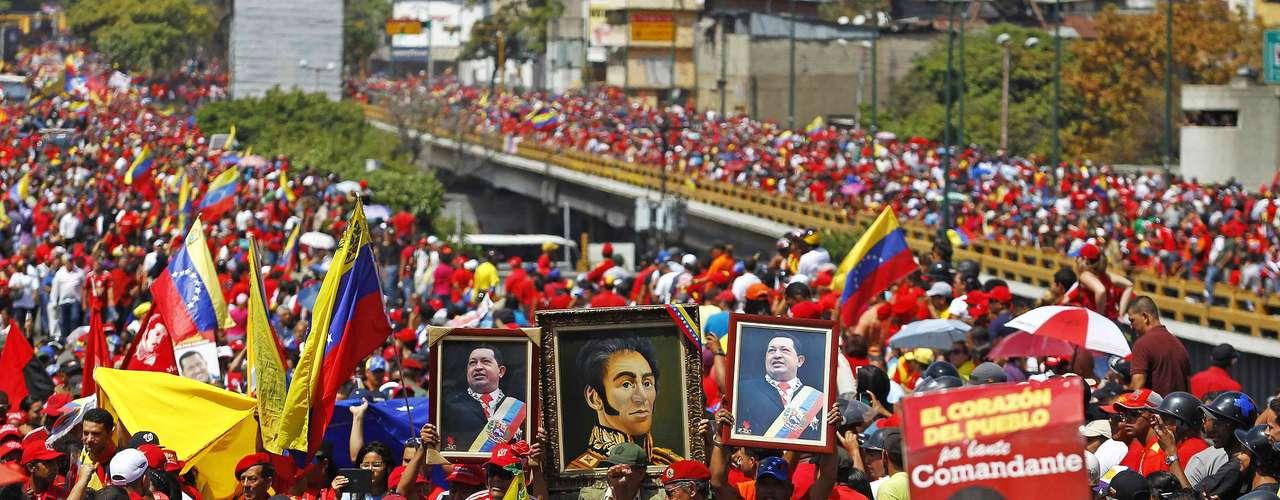 6 de março - Milhares de apoiadores seguem cortejo de Chávez até a Academia Militar, onde o corpo do presidente será velado até sexta-feira
