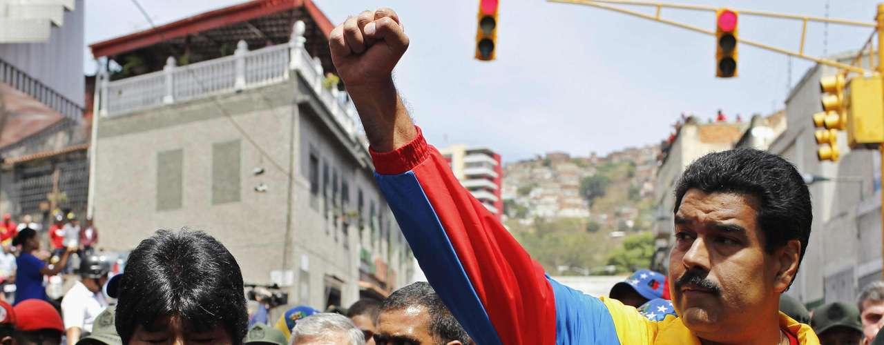 6 de março - O presidente boliviano, Evo Morales, e o vice de Chávez, Nicolas Maduro, participam do cortejo em Caracas