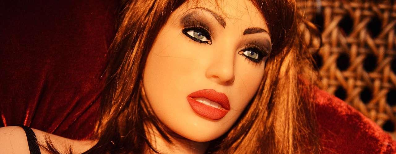 Como se não bastassem os produtos focados em celebridades, quem rouba mesmo a atenção do evento é Valentina, uma boneca feita de cyberskin - um silicone parecido com a pele humana