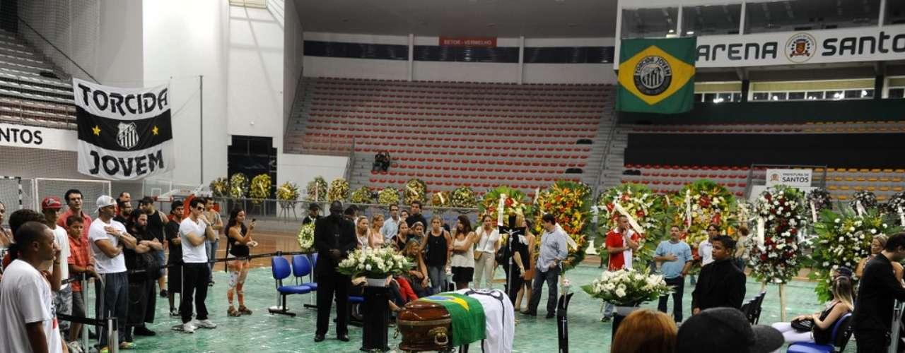 Familiares, amigos e fãs de Alexandre Magno Abrão, o Chorão, se despediram do cantor, nesta quarta-feira (6), na Arena Santos, na Baixada Santista
