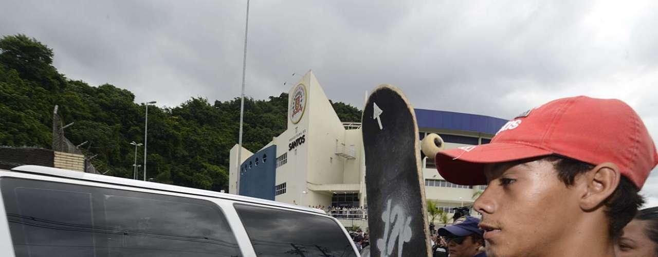 Corpo de Chorão deixa o Arena Santos e parte, em cortejo, para o Memorial Cemitério Vertical, na tarde desta quinta-feira (7)