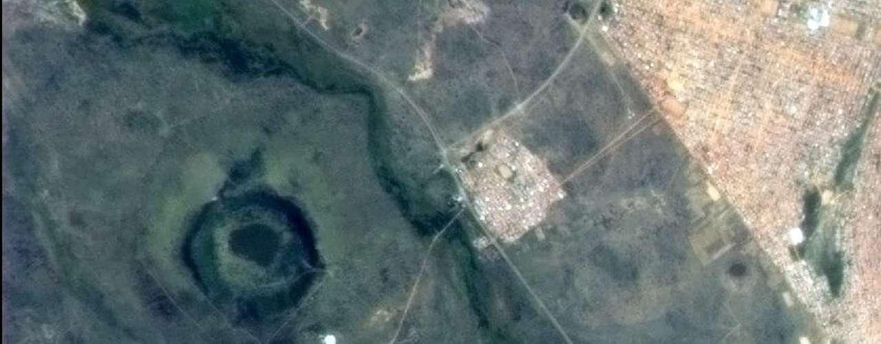 A cratera de impacto Tswaing, ao noroeste de Pretória, na África do Sul, foi fotografada da órbita terrestre pelo astronauta canadense Chris Hadfield, que está no espaço desde dezembro a bordo da Estação Espacial Internacional. \