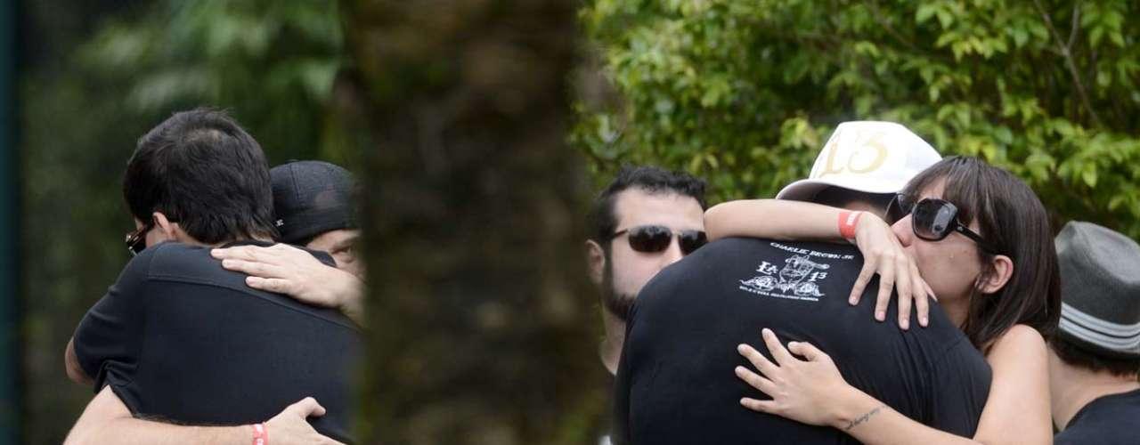 Familiares e amigos se reuniram na tarde desta quinta-feira (7) para enterrar o corpo de Chorão