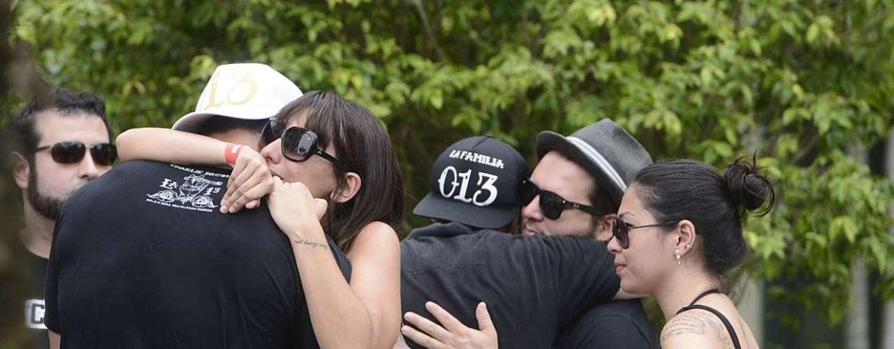 Familiares e amigos se reuniram na tarde desta quinta-feira (7) para enterrar o corpo do músico