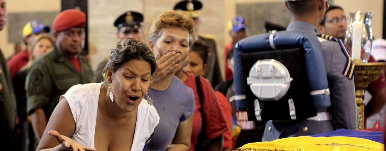 7 de março -Seguidores do presidente venezuelano se emocionaram na despedida