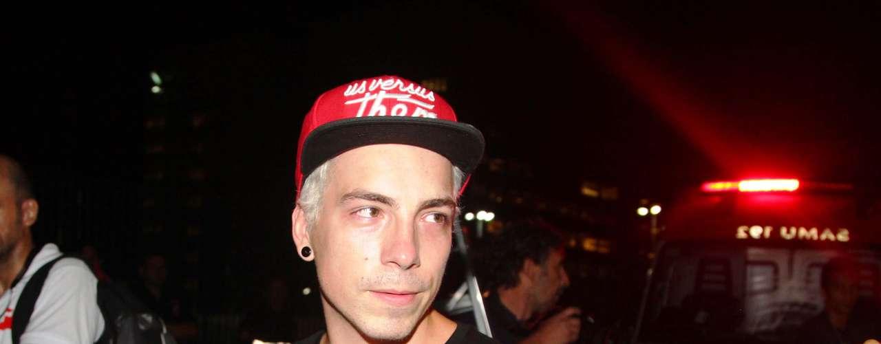 O vocalista do NX Zero, Di Ferrero, na chegada ao velório de Chorão, nesta quarta-feira (6), na Arena Santos, na Baixada Santista