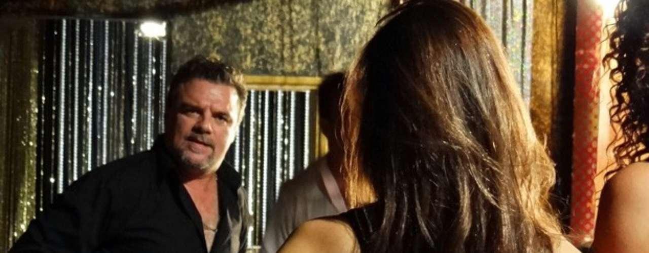 Russo vaia agredir as traficadas e pedir que elas denunciem qual delas está em contato com a polícia brasileira
