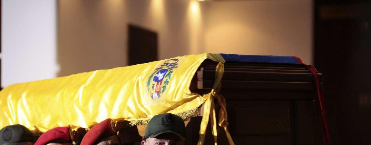 6 de março - Diego Molero, ministro da Defesa da Venezuela, toma a frente na fila de oficiais carregando o caixão de Hugo Chávez