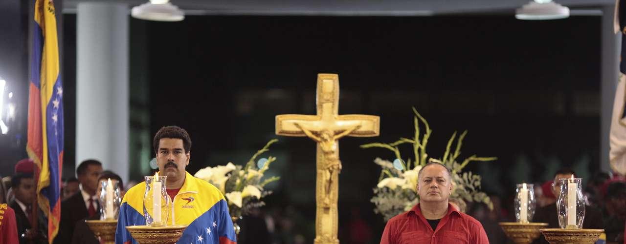 6 de março - Nicolás Maduro (à esq.), vice-presidente, e Diosdado Cabello, presidente da Assembleia Nacional, ficam ao lado do caixão de Chávez