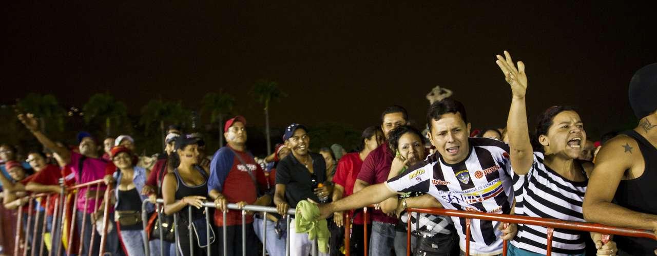 7 de março - Multidão formou fila para poder passar pelo caixão de Hugo Chávez durante o velório do líder venezuelano