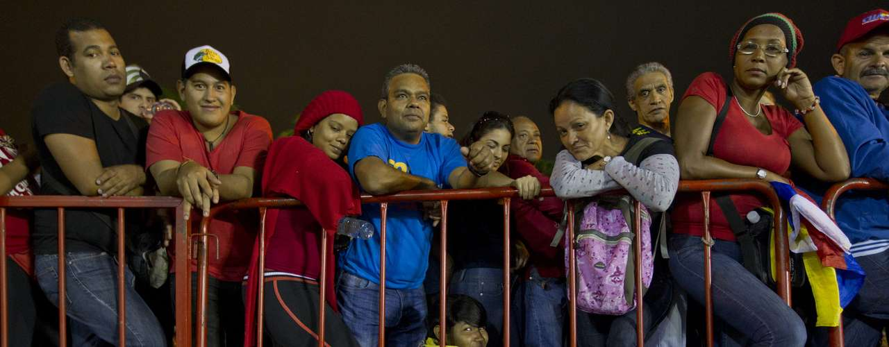7 de março - Muitas pessoas ficaram horas na fila, que varou a madrugada
