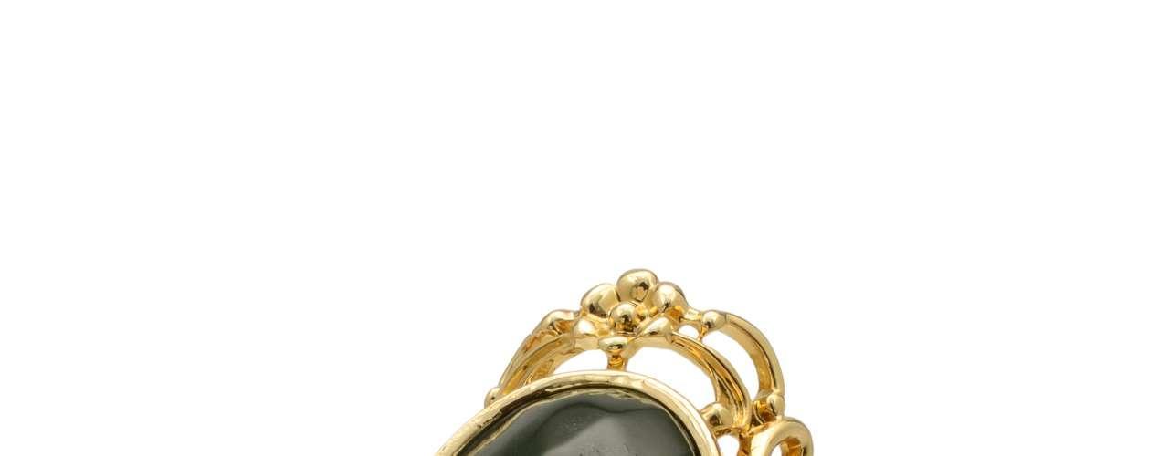 Anel dourado com pedra de resina Dona da Bijoux, R$ 55, Tel. 11 3333-3237