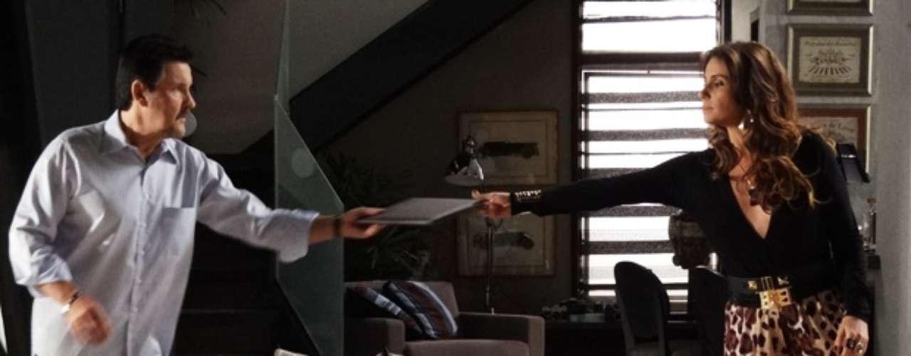 A delegada Helô usa calças bem estampadas sem medo na novela Salve Jorge