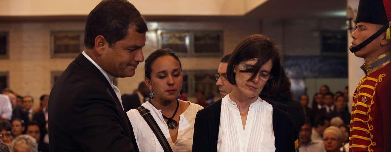 7 de março -O presidente equatoriano, Rafael Correa, e sua mulher, Anne Malherbe, se despedem de Chávez