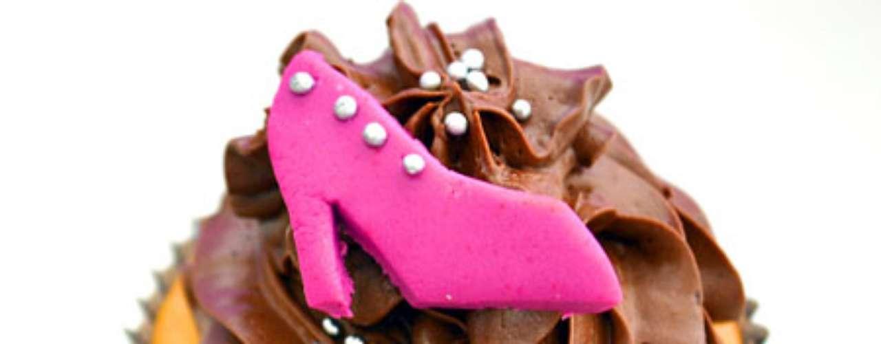 Cupcake de baunilha com cobertura de chocolate