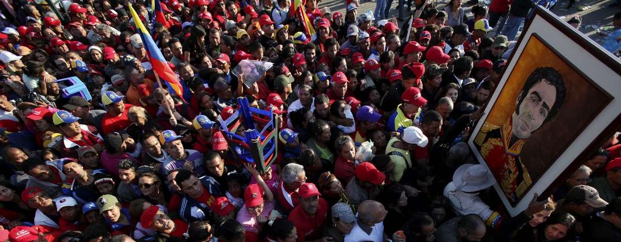 8 de março - Multidão toma as imediações da Academia Militar, onde acontece o funeral de Chávez