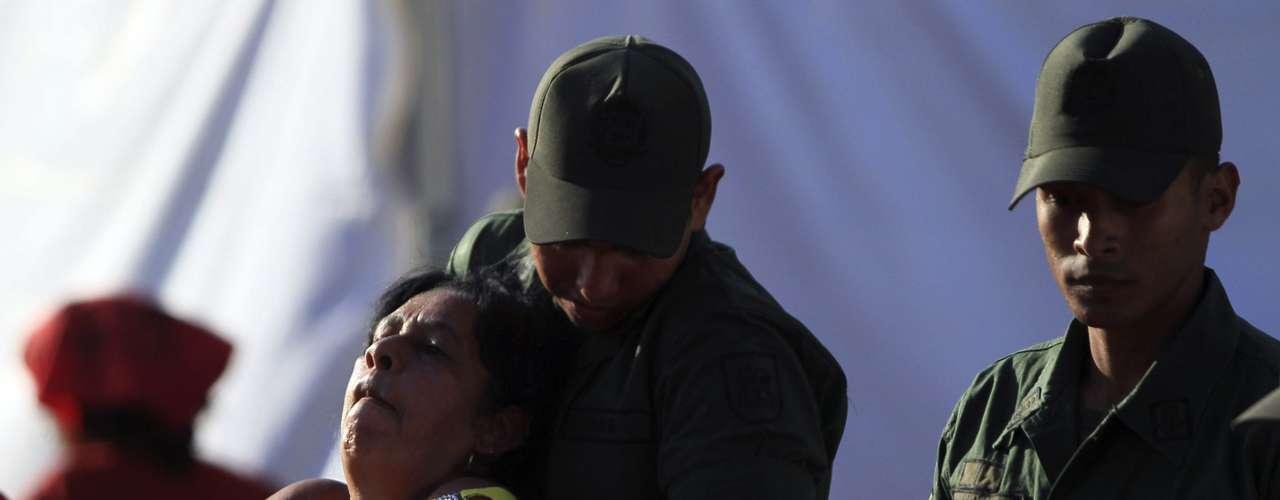 8 de março -Mulher passa mal na fila para chegar à Academia Militar de Caracas